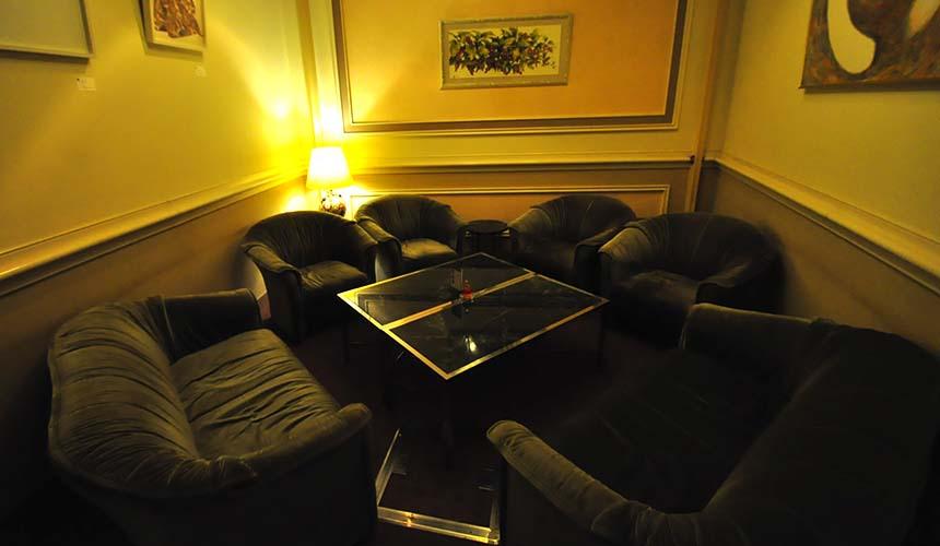 岡山飯店「倉敷 ROYAL ART HOTEL」的酒吧HEISA的座位
