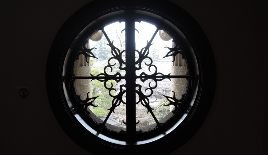 岡山倉敷必去景點「大原美術館」的圓型花窗