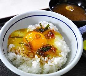 日本岡山「美咲町」的「食堂かめっち。」的名物美食生雞蛋拌飯