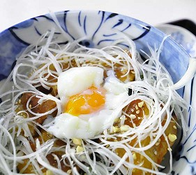 日本冈山「美咲町」的「食堂かめっち。」的名物美食卤肉温泉蛋饭