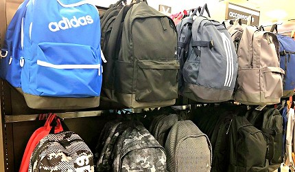 岡山購物必逛「三井 OUTLET PARK 倉敷」內的「adidas」的背包