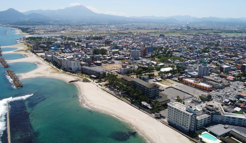 日本结缘圣地「岛根」、柯南故乡「鸟取」旅游推荐:米子市的皆生温泉空拍一景