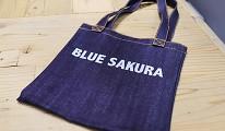 在「丹寧之父」石橋秀次在2016年創立的牛仔褲品牌「BLUE SAKURA」店內消費滿1萬日圓可獲的BLUE SAKURA原創牛仔布購物袋