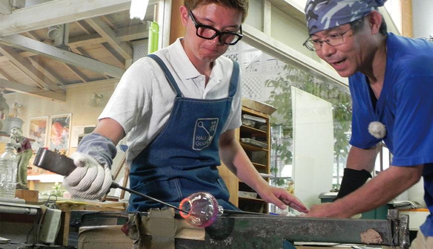 漫才少爺在萩玻璃工房內嘗試制作萩玻璃