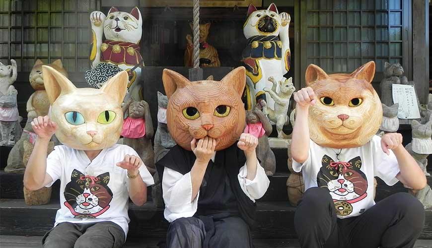漫才少爺在雲林寺戴著木製貓面具與住持合照</p></center>