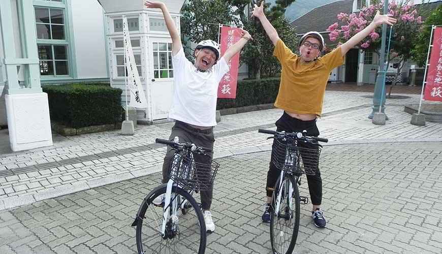 漫才少爺在山口爆笑單車之旅的景點處興奮合照