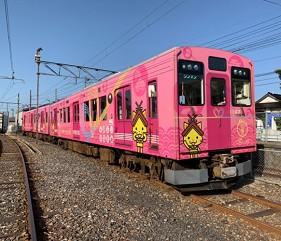 島根鐵道旅行1日遊行程推薦推介可以去到出雲大社、松江城、堀川熱們景點的一畑電車的結緣電車島根貓號Ⅱ的粉紅色車體車身