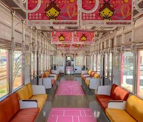 島根鐵道旅行1日遊行程推薦推介可以去到出雲大社、松江城、堀川熱們景點的一畑電車的結緣電車島根貓號Ⅱ的橘紅色調內裝橫