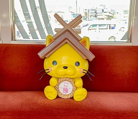 島根鐵道旅行1日遊行程推薦推介可以去到出雲大社、松江城、堀川熱們景點的一畑電車的結緣電車島根貓號Ⅱ車內手拿結緣徽章的超萌島根貓