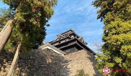 島根鐵道旅行1日遊行程推薦推介可以去到出雲大社、松江城、堀川熱們景點的一畑電車可前往的松江城外觀仰視圖