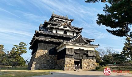 岛根铁道旅行1日游行程推荐推介可以去到出云大社、松江城、堀川热们景点的一畑电车可前往的松江城外观