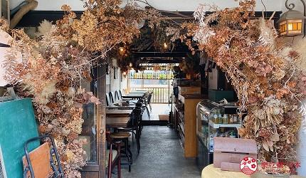岛根铁道旅行1日游行程推荐推介可以去到出云大社、松江城、堀川热们景点的一畑电车可以去到的打卡热点咖啡店trattorìa814的门口